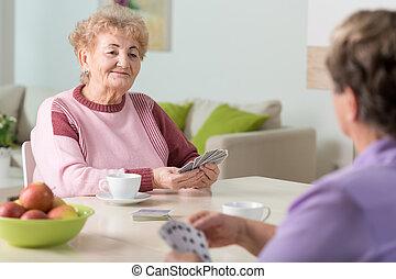 cartões, sênior, tocando, mulheres