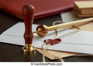 carta vieja, sobre, con, sello de lacrar, en, de madera, superficie
