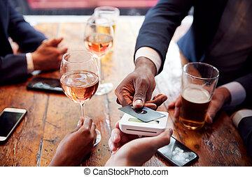 carte, après, payant, haut fin, contactless, boissons, homme affaires, barre, travail, rond, utilisation