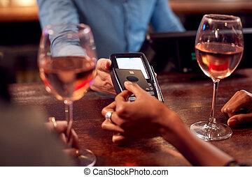carte, après, payant, haut fin, femme, contactless, boissons, barre, travail, utilisation