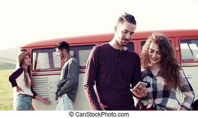 carte, campagne, jeune, roadtrip, par, utilisation, amis, smartphone.