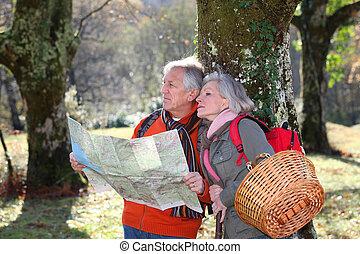 carte, couple, personne agee, randonnée, jour