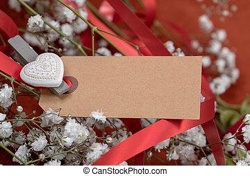 carte, entouré, closeup, ruban, message blanc, fleurs, rouges