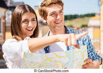 carte, femme, couple, regard, pointage, sur, jeune, there!, quoique, tenue, sourire heureux, loin, touriste