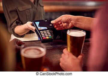 carte, payant, grand plan, contactless, boissons, barre, utilisation, homme