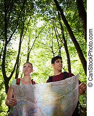 carte, randonnée, couple, jeune regarder, pendant
