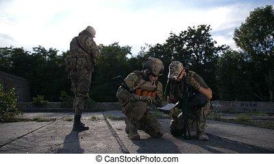 carte, regarder, pendant, soldats, militaire, opération
