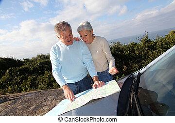 carte, voiture, couple, regarder, route, personne agee, capuchon
