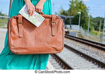 carte, womans, mains, station, tenue, valise