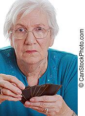 cartes, femme aînée, jouer, tenue