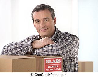 carton, maison, moving., homme, gai, penchant, sourire, ...