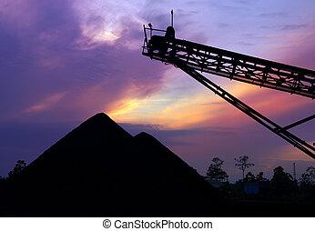 carvão, stockpile, em, amanhecer