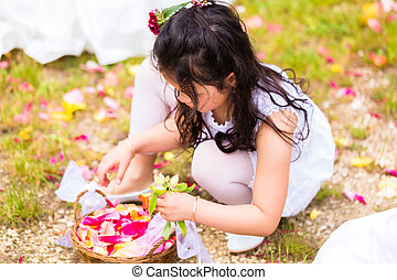 casório, damas honra, com, pétala flor, cesta