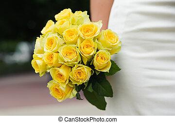 casório, flores, com, muitos, rosas amarelas, em, mãos, de, noiva