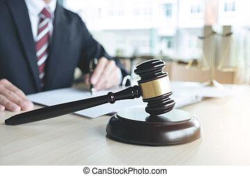 cas, concept, fonctionnement, balances, justice, justice, bureau, mâle, haut, livres, avocat, table, rapport, fin, droit & loi, marteau, bois