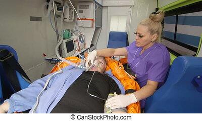 cas urgent technicien médical, fournir, soin critique, à, patient dans ambulance