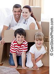 casa, caixas, em movimento, tocando, família