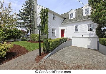 casa, coloniale, bianco, con, porta rossa, esterno, front.