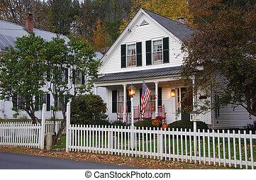 casa, con, cerca de estacas puntiagudas blanca