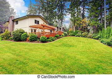 casa, con, cortile posteriore, paesaggio