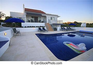 Marr n jard n casa del verano grande exterior piscina for Casa de verano con piscina