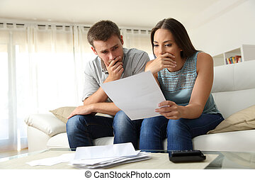casa, coppia, lettera lettura, preoccupato