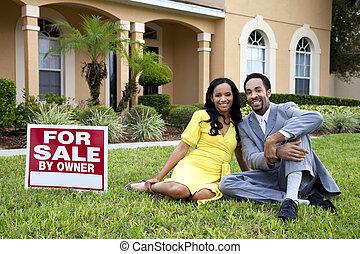 casa, coppia, segno vendita, accanto, americano, africano, felice