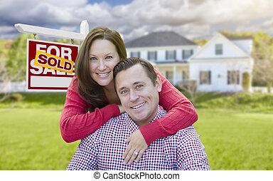casa, coppia, segno vendita, fronte, venduto