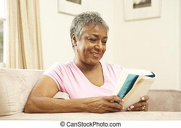 casa, donna senior, libro, lettura