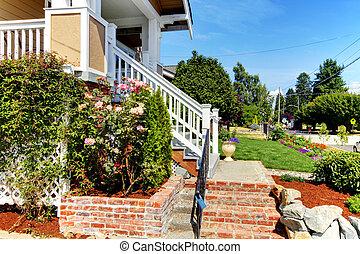 casa, entrata, scale, da, mattone, e, rose, con, il, strada,...