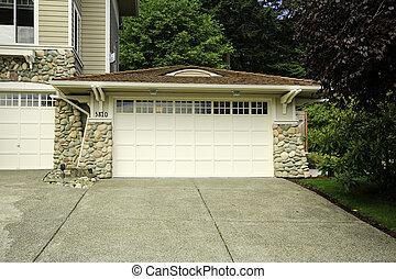 casa, garage, con, pietra, rifilare, e, tetto tegola