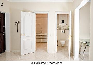 casa, interior., entrada, pasillo, con, blanco, puertas, a, walk-in, armario, y, toilet.