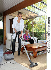 casa, mulher sênior, vacuuming, mulher