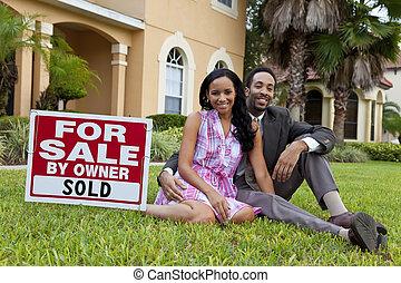 casa, par, sinal venda, ao lado, americano, africano, vendido, feliz