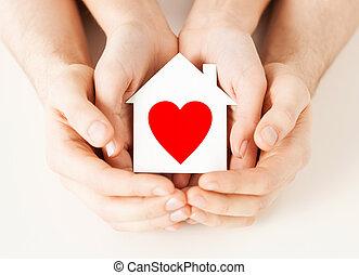 casa, pareja, papel, manos de valor en cartera, blanco
