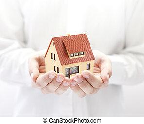 casa pequeña, juguete, manos
