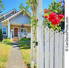 casa pequeña, y, cerca blanca, con, roses.