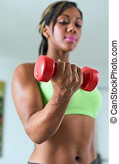 casa salud, mujer negra, entrenamiento, bíceps, con, pesas