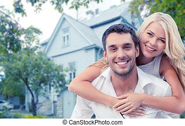 casa, sobre, abraçando, fundo, sorrindo, par