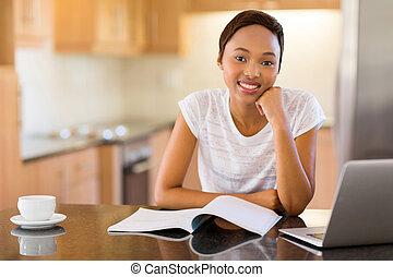 casa, studente università, africano femmina