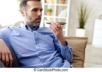 casa, uomo, telefono mobile, usando, durante, quarantena