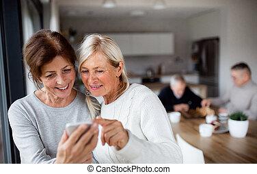 casa, usando, smartphones., gruppo, anziano, amici