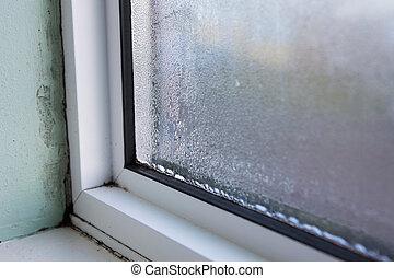 casa, ventana, con, húmedo, y, condensación