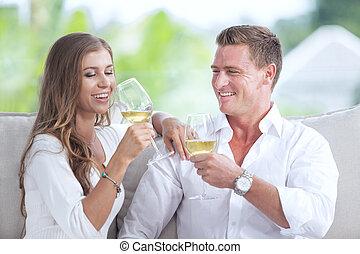 casa verão, par, jovem, meio ambiente, retrato, bebendo, agradável, vinho