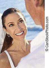 casado, &, par, noivo, noiva, casório, sorrindo, praia