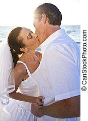 casado, &, par, noivo, noiva, pôr do sol, casório, beijando, praia