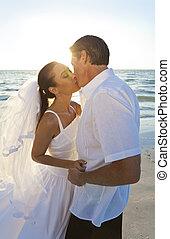 casado, y, pareja, novio, novia, ocaso, boda, besar, playa