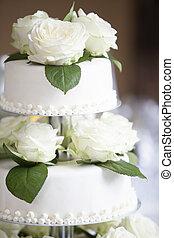 casamento branco, bolo, com, rosas