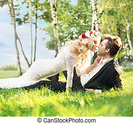 casamento, par, mentindo, ligado, a, gramado