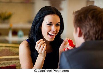 casamento, proposta, homem, dar, anel, para, seu, menina